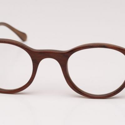 Brille aus Holz und Büffelhorn